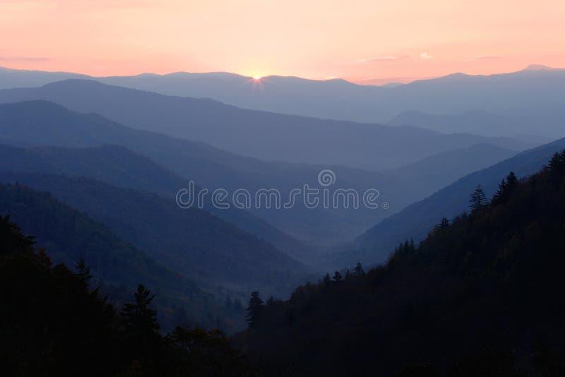 Primo indicatore luminoso sopra la valle della montagna fotografia stock libera da diritti