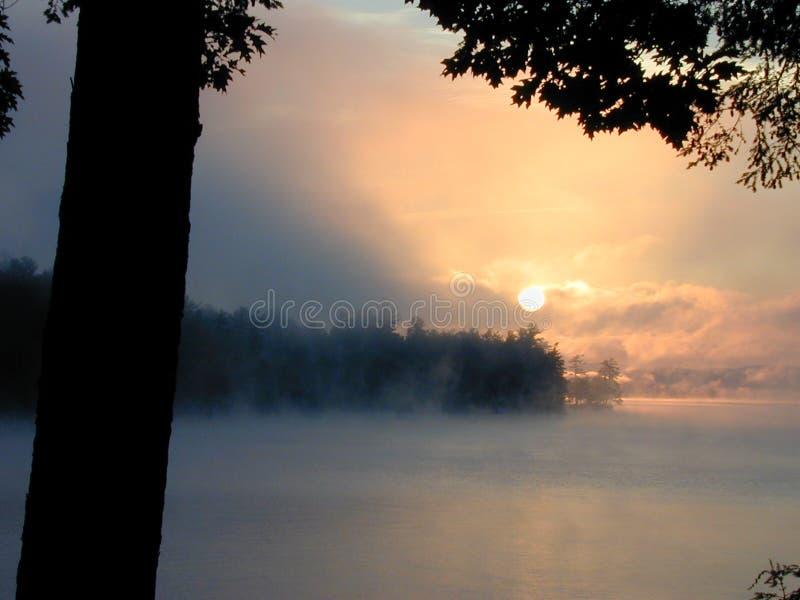 Primo indicatore luminoso sul lago Winnepesaukee fotografia stock libera da diritti