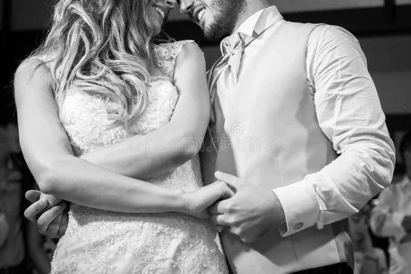 In primo luogo balli la sposa e lo sposo nel fumo fotografia stock