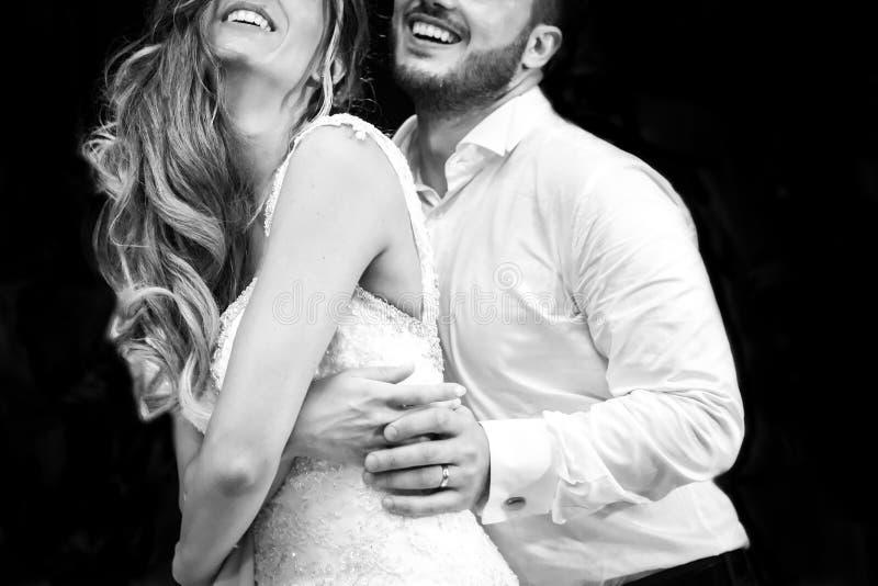 In primo luogo balli la sposa e lo sposo nel fumo immagini stock