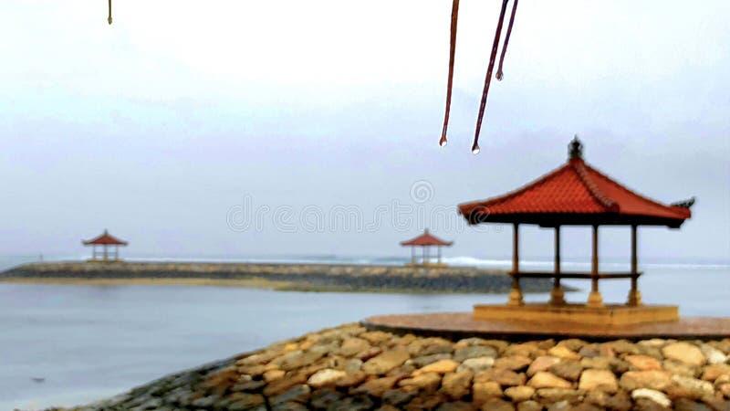 Primo mattino della pioggia della spiaggia di Bali fotografie stock libere da diritti