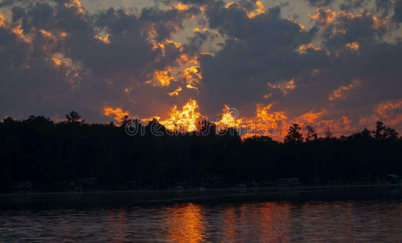 Primo mattino di alba sul lago che fotografa i lunatici in Ontario, Canada immagini stock libere da diritti