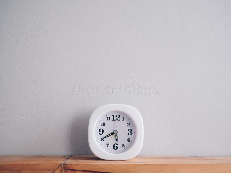 Primo mattino di manifestazione dell'orologio e tempo semplici quasi uguagliare fotografia stock libera da diritti