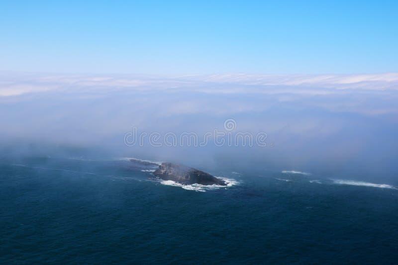 Primo mattino nell'oceano Pacifico, vista da sopra fotografie stock libere da diritti
