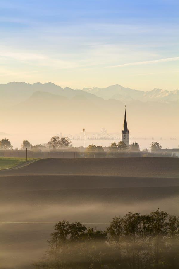 Primo mattino nella campagna bavarese, Germania fotografie stock
