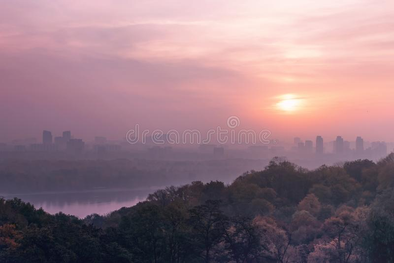 Primo mattino rosa, nebbia nella città Alba rosa sopra il fiume nella metropoli Paesaggio urbano Kiev, Ucraina, Europa fotografia stock