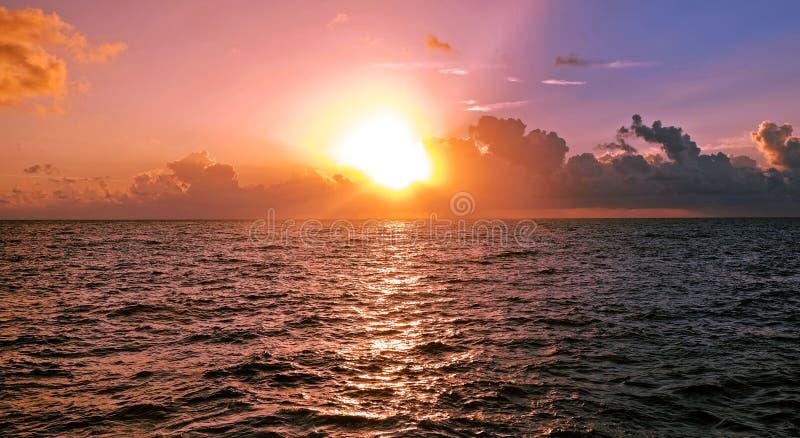 Primo mattino sopra il mar dei Caraibi, l'alba e le nuvole fotografia stock