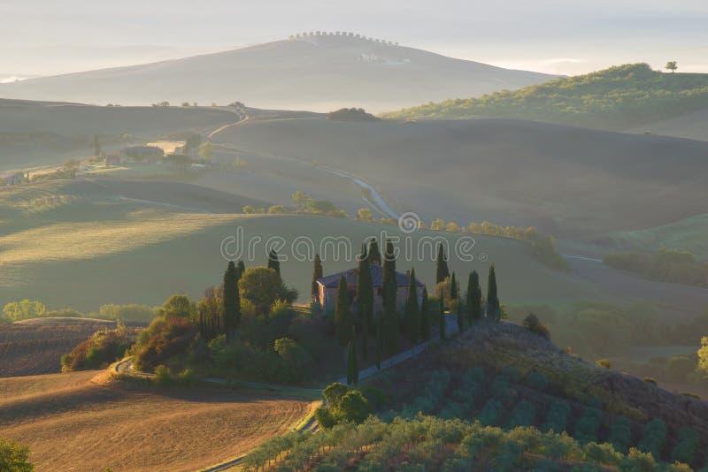 Primo mattino in Toscana Vista del belvedere della villa, Italia fotografie stock