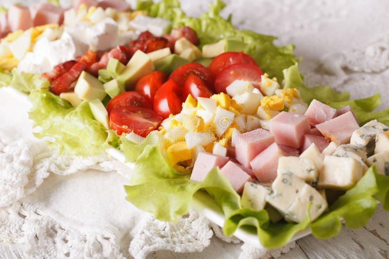Primo piano affettato dell'insalata di Cobb su un piatto orizzontale immagine stock libera da diritti