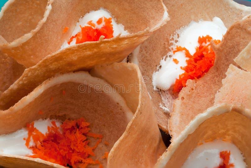 Primo piano al fondo croccante tailandese squisito dello spuntino dei pancake immagine stock
