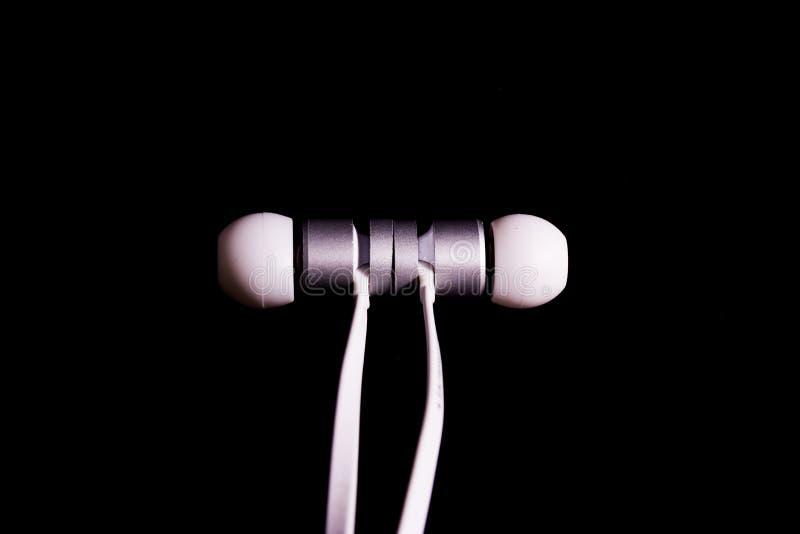 Primo piano alla moda bianco Det del metallo delle cuffie delle cuffie di Earbuds fotografia stock libera da diritti
