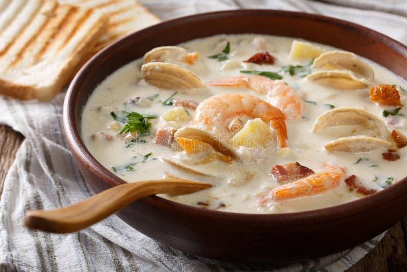 Primo piano americano della minestra della zuppa di molluschi e latte del latte sulla a in una ciotola orizzonte fotografie stock