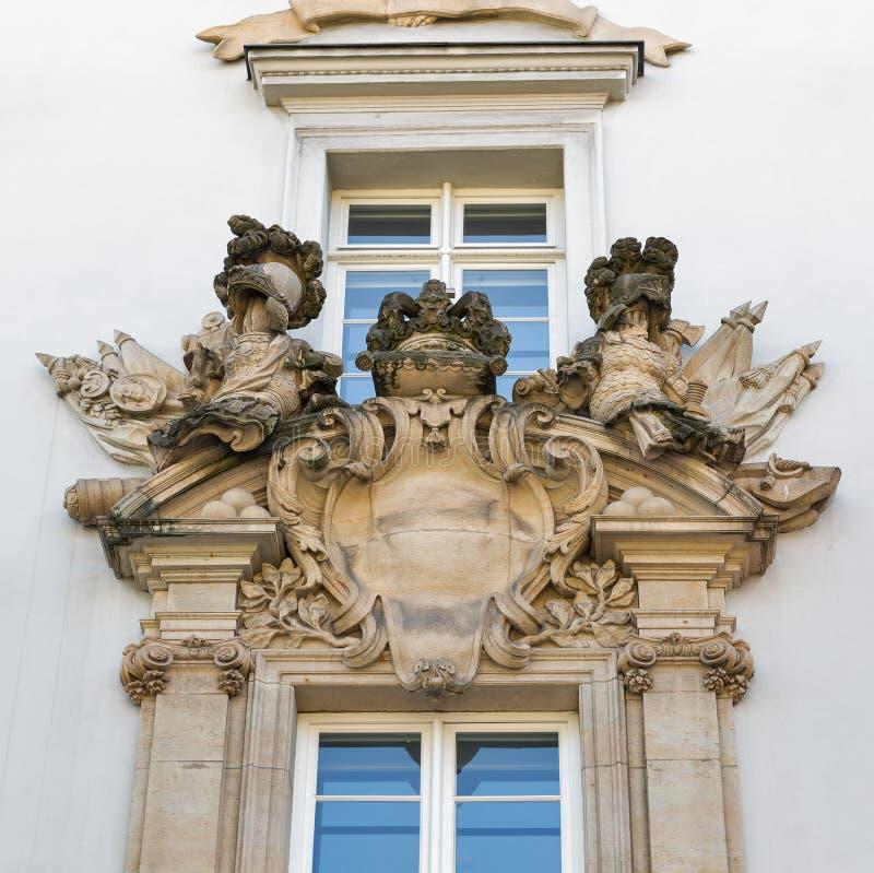 Primo piano antico della stemma a Berlino, Germania immagine stock