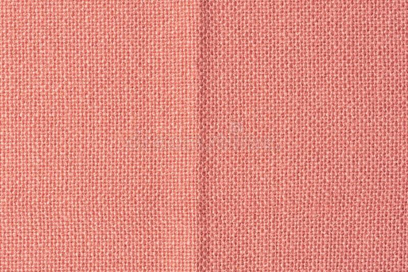 Primo piano arancione scuro del tessuto Fondo in bianco per le disposizioni con struttura del tessuto fotografia stock libera da diritti