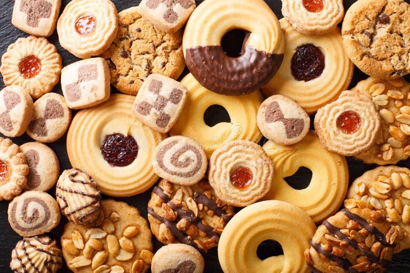 Primo piano assortito dei bei biscotti principale orizzontale v del fondo immagini stock libere da diritti