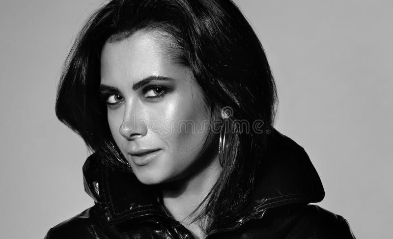 Primo piano in bianco e nero del ritratto di modo Giovane bella donna in vestiti neri fotografie stock