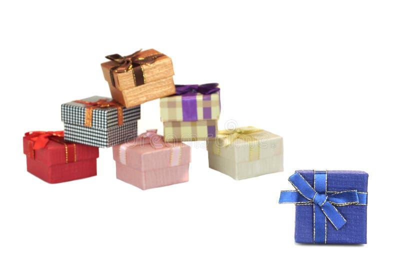 Primo piano blu del contenitore di regalo, scatole differenti vaghe in Backgrou bianco immagine stock