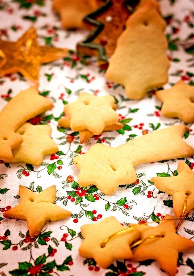 Primo piano casalingo saporito dei biscotti di Natale del burro fotografia stock libera da diritti