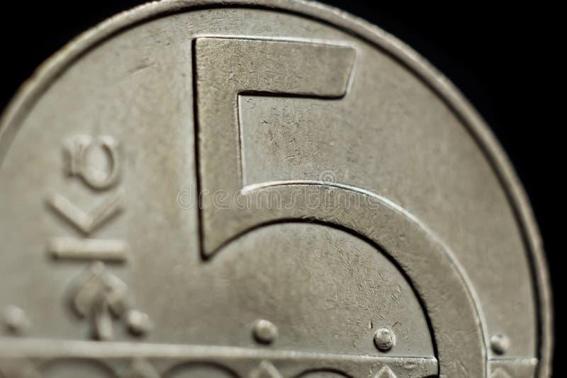 Primo piano ceco della moneta della corona cinque isolato su fondo nero Dettaglio della fine dei soldi metallici su Soldi del pae immagini stock libere da diritti