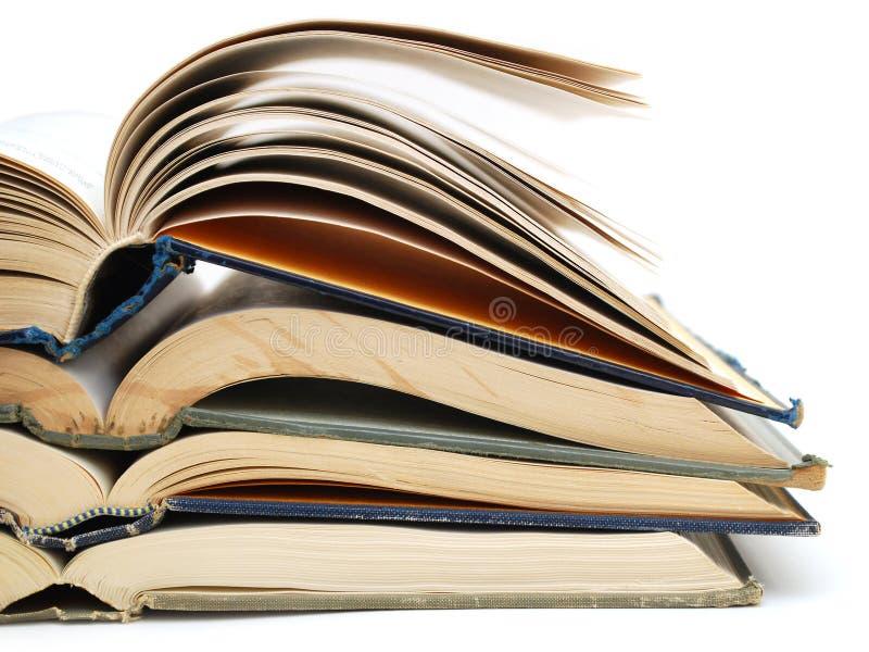 Primo piano che apre i vecchi libri immagine stock libera da diritti