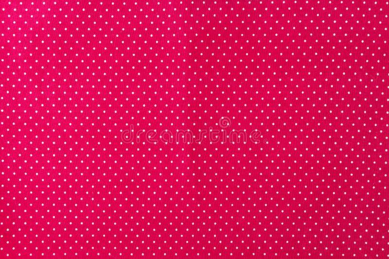 Primo piano classico del tessuto piccolo del pois rosso e bianco, fondo pulito immagine stock libera da diritti
