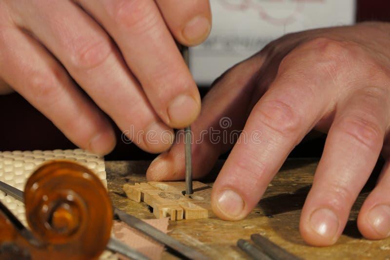 Primo piano: Creatore del violino sul lavoro fotografia stock