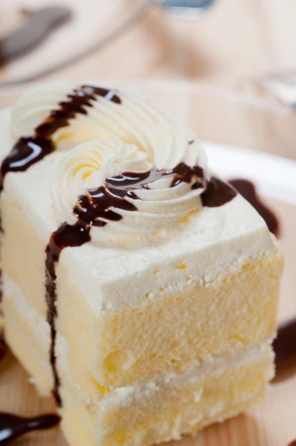 Primo piano crema fresco della torta con la salsa di cioccolato fotografie stock libere da diritti
