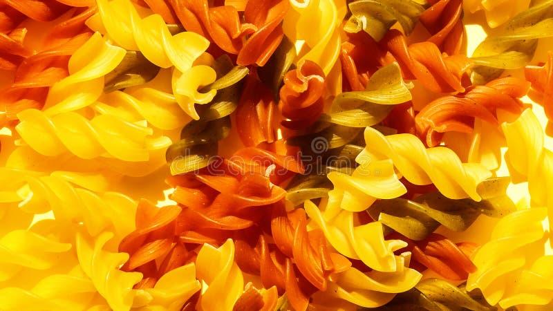 Primo piano crudo multicolore della pasta Vista superiore Priorità bassa astratta dell'alimento fotografie stock