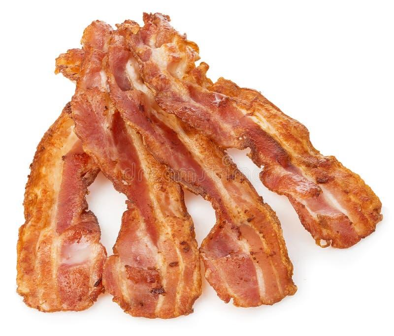 Primo piano cucinato delle fette di lardo del bacon isolato su un fondo bianco immagine stock libera da diritti