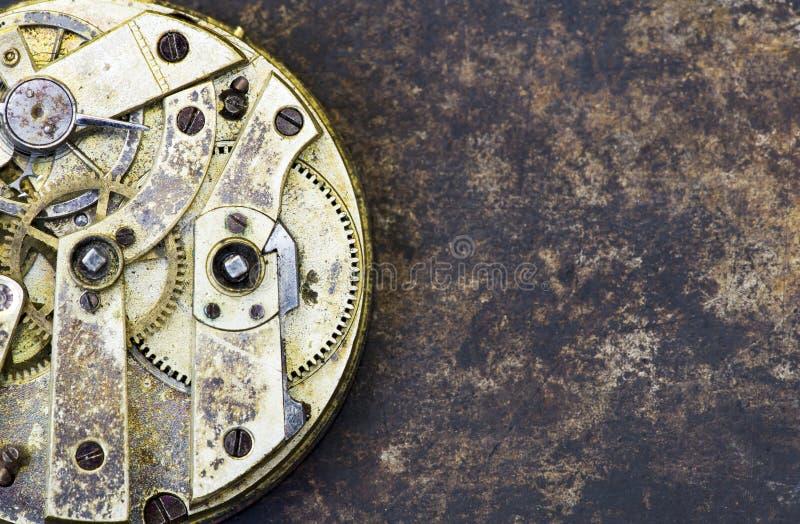 Primo piano d'annata dell'orologio di affari, meccanismo di tempo con gli ingranaggi del metallo immagini stock