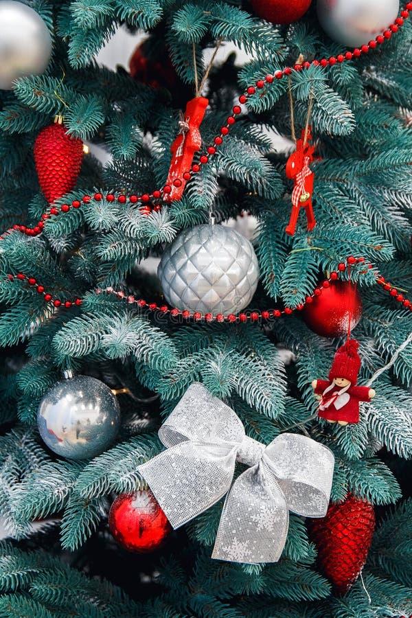 Primo piano decorato dell'albero di Natale Palle rosse e dorate e ghirlanda illuminata con le torce elettriche Macro delle bagatt fotografia stock libera da diritti