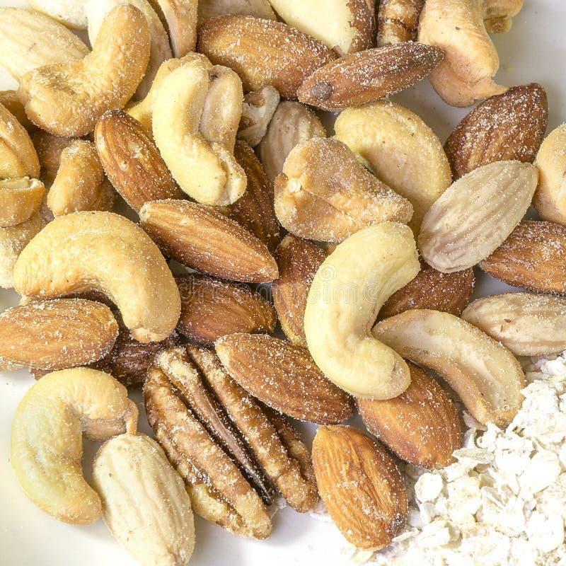 Primo piano degli anacardii, delle mandorle, delle noci nutrienti e di altra misti immagine stock