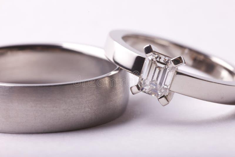 Primo piano degli anelli di cerimonia nuziale immagini stock libere da diritti