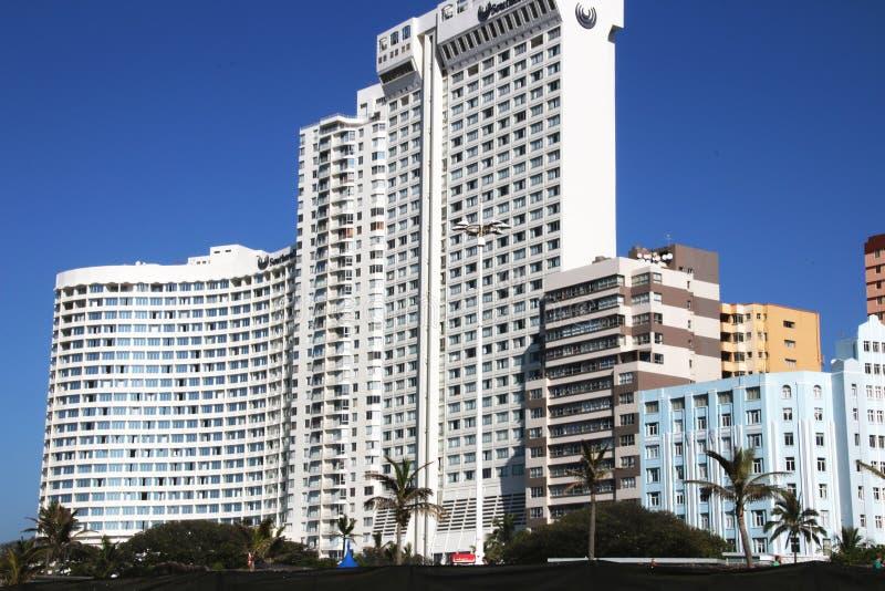 Primo piano degli edifici di comercial e residenziali su for Piano di progettazione di edifici commerciali