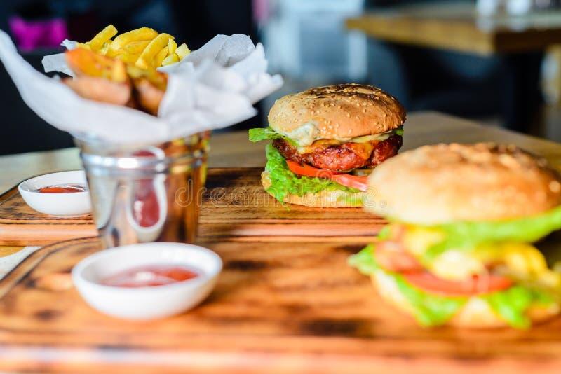 Primo piano degli hamburger fatti domestici fotografie stock