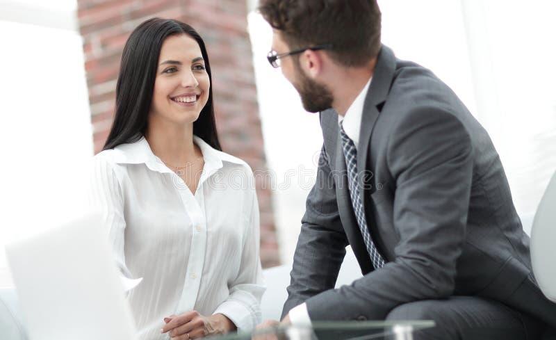Primo piano degli impiegati della società che comunicano nell'ufficio immagine stock