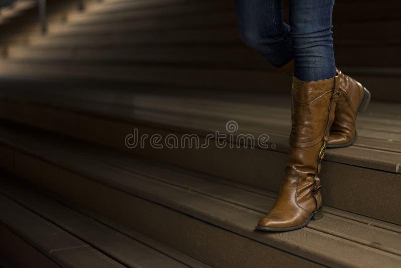 Primo piano degli stivali di cuoio del ` s della donna fotografia stock libera da diritti