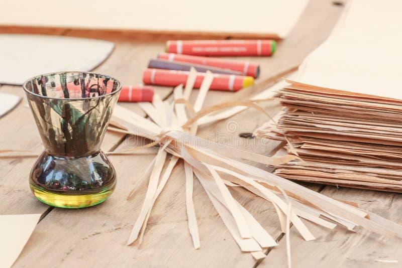 Primo piano degli strumenti di disegno e di vecchia carta sulla tavola di legno fotografie stock