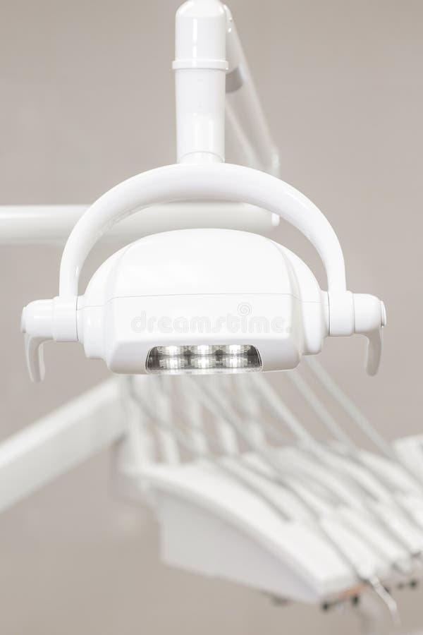 Primo piano degli strumenti moderni di un dentista Strumento del trapano in clinica dentaria Medicina, salute, concetto di stomat fotografia stock libera da diritti