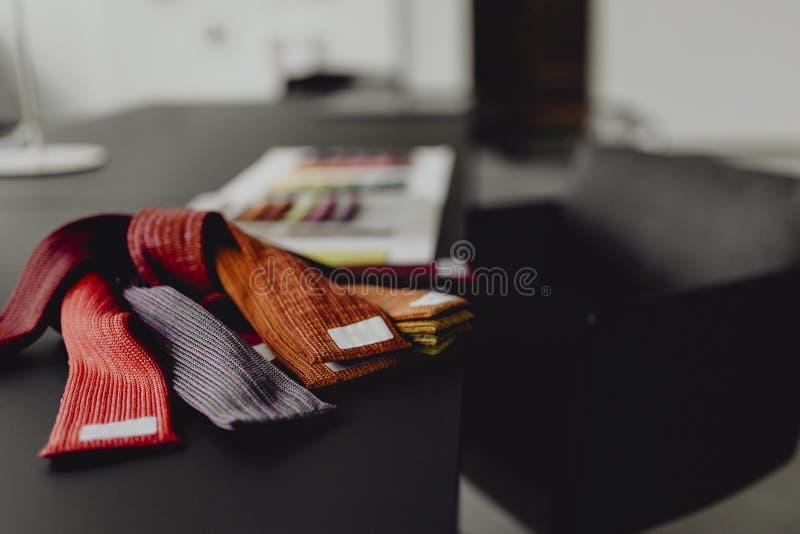 Primo piano dei campioni del tessuto su una tavola nera fotografie stock