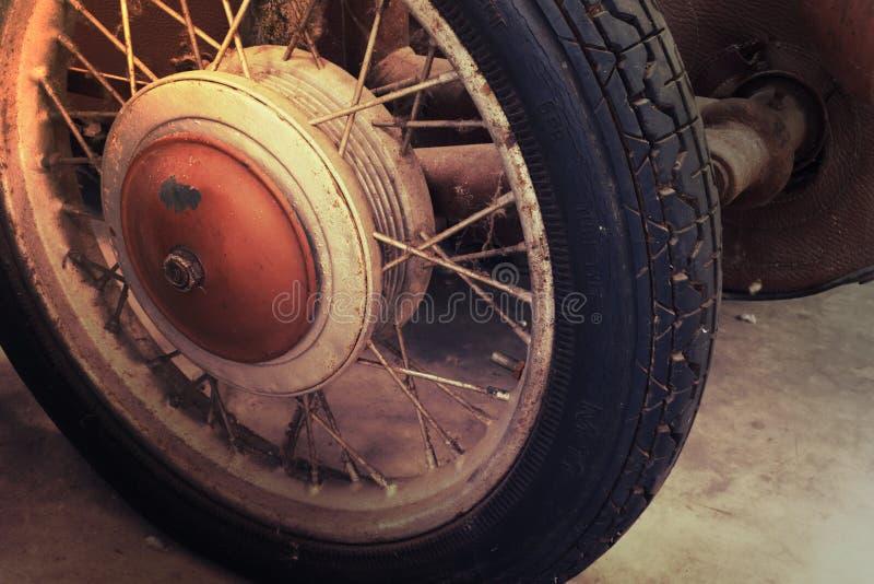 Primo piano dei dettagli della ruota dell'automobile d'annata di Brown immagini stock libere da diritti
