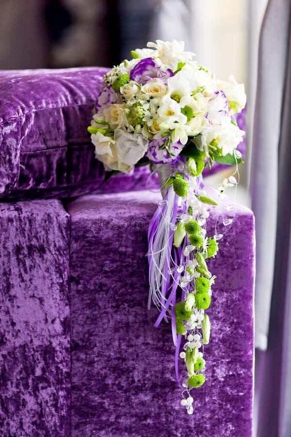 Primo piano dei fiori delle spose sul giorno delle nozze fotografia stock libera da diritti