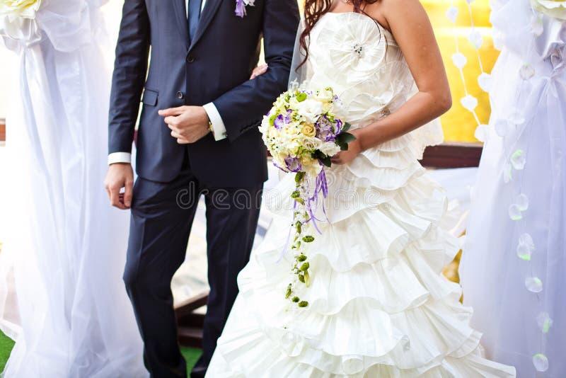 Primo piano dei fiori delle spose sul giorno delle nozze immagine stock libera da diritti