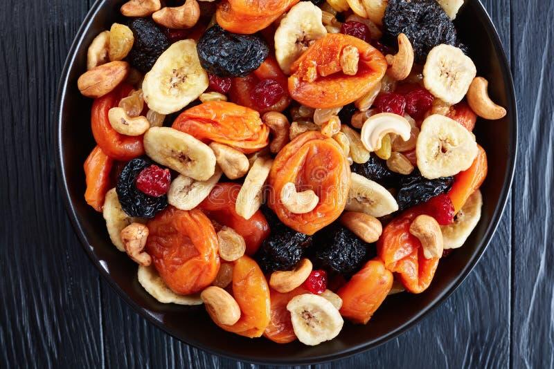 Primo piano dei frutti e della miscela organici secchi del dado immagine stock