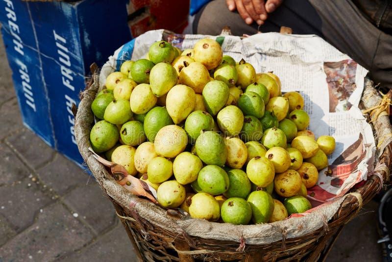 Primo piano dei frutti freschi, verdi e del yelow fotografie stock