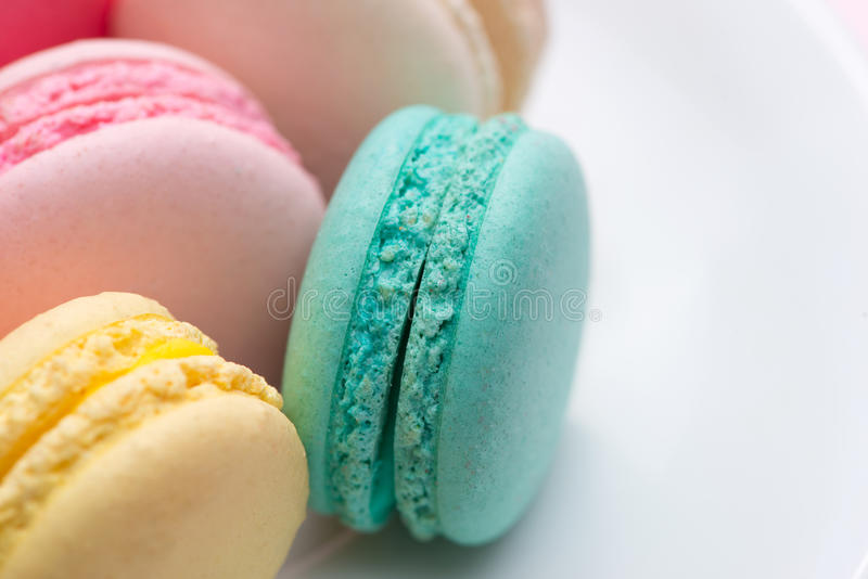 Primo piano dei maccheroni pastelli variopinti Macarons dolci immagini stock