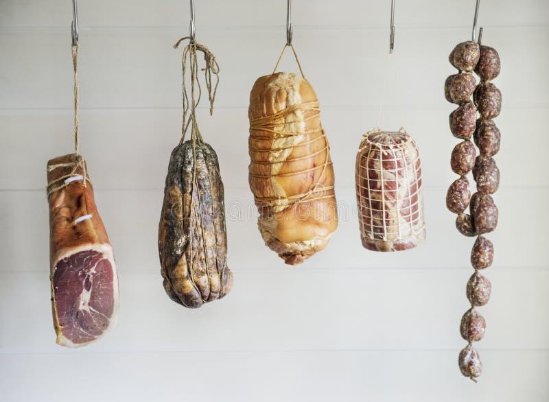 Primo piano dei prodotti a base di carne del charcuterie immagini stock libere da diritti