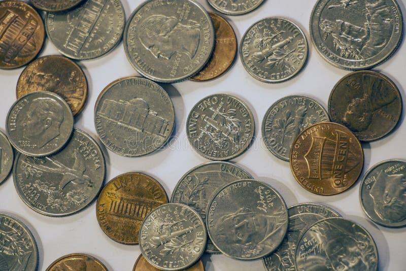 Primo piano dei quarti, delle monete da dieci centesimi di dollaro, dei nichel e dei penny fotografia stock libera da diritti