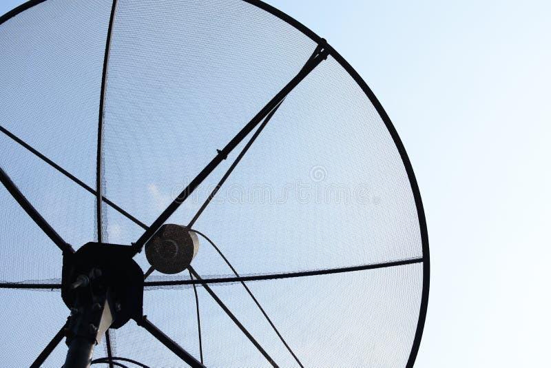 Primo piano dei riflettori parabolici, rete di tecnologia della comunicazione immagine stock libera da diritti