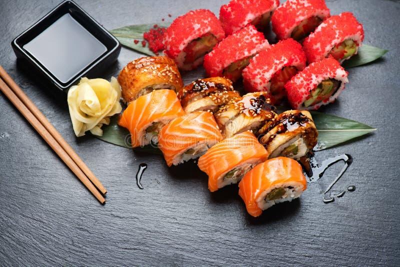 Primo piano dei rotoli di sushi Alimento giapponese in ristorante Il rotolo di sushi della California ha messo con il salmone, l' fotografia stock